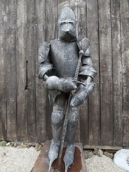 投石機の博物館の前に立ってた騎士。この甲冑、そうとう重そうです。とても闘えそうにないです。