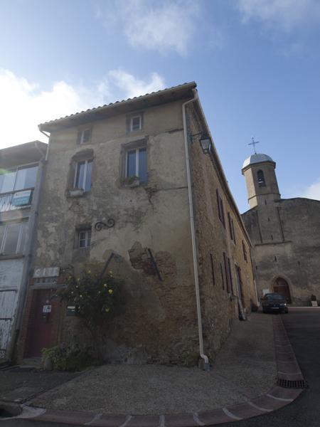 宿を正面から見ると、別にたいしたことないんだけどね。フランスの田舎では、パン屋さんは教会の前に建っている。それほどパン屋は、重要ってことです。