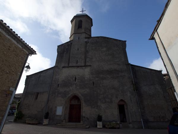 宿の後ろに控える教会。
