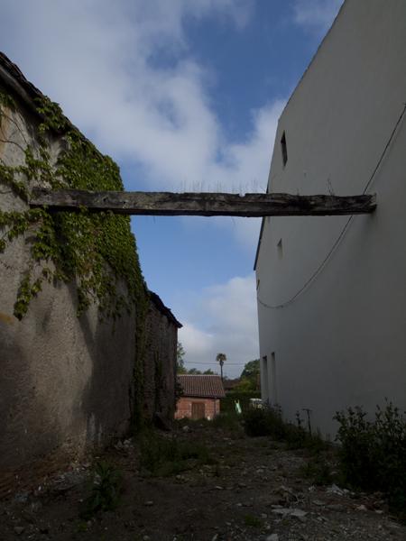 家を壊して、梁を一本だけ残したのだろうか。フランスって、なんか粋です。