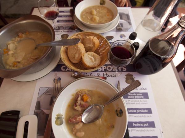 今日の昼飯は、超豪華!ワイン750ml。スープはひとり三杯。そしてメインはステーキ。。。