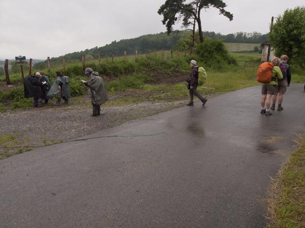 巡礼者たちが、コースについて協議中。Yukoだけがひとり離れて、地図を確認中。