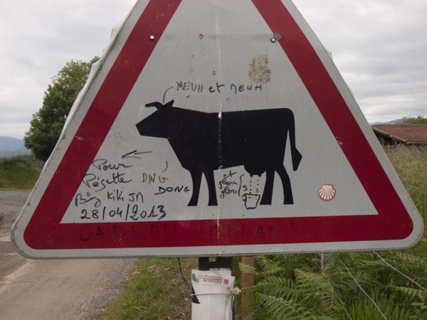 牛への悪戯書き。意味不明。