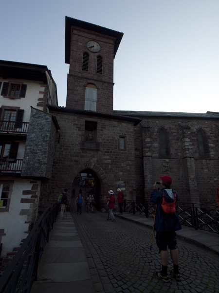 この教会の前で、巡礼者たちが集まって記念写真を撮った。