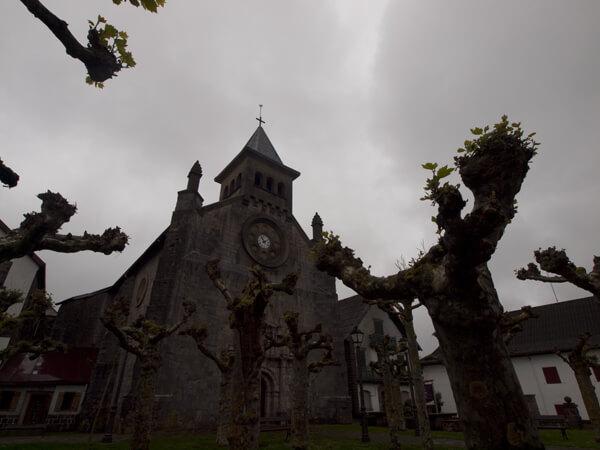 教会と不気味な木。スペインの教会は、入れないことが多い。