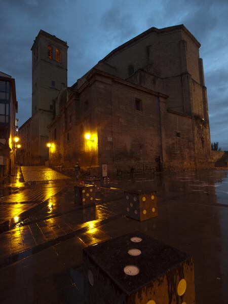 日の出前にアルベルゲ(宿)を出る。巡礼路の黄色い矢印を探せ。