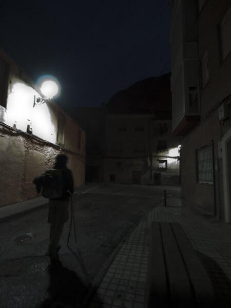 """暗い""""朝立ち""""。 街中は、街灯があるだけマシ。"""