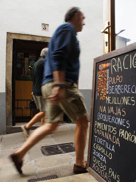 昼飯を食ったカフェから、外を撮影。 スペインのハンバーガーって、基本的に美味しくないです。 自分でケチャップとマスタード、あるいはマヨネーズで味を付けるんだけど、1+1+1が、0.3くらいに目減りした味になります。