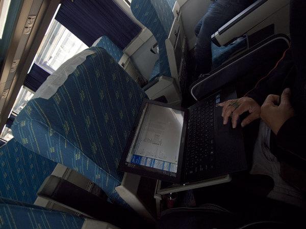 電車内で仕事できるとは、テザリングって便利だ。ちなみにフランスでは、なぜかテザリングできませんでした。