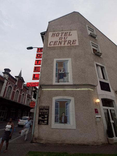 ボクらの泊まったホテル。正面の窓は、描いたものです。