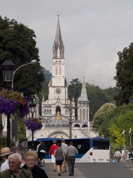 ロザリオ聖堂(Notre Dame du Rosaire de Lourdes)。 全体のシルエットはロマネスク、内部の装飾はビザンチンだそうですが、よくわかっていません。 とにかく豪勢です。