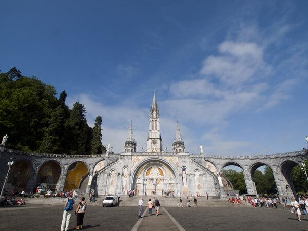 ロザリオ聖堂の正面。両翼のアプローチが、贅沢この上なし。