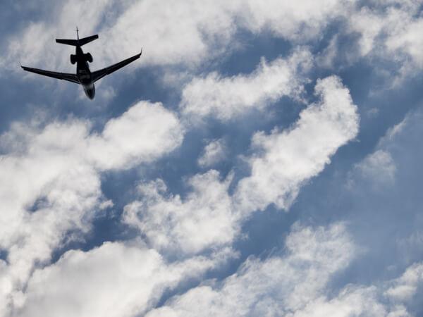 騒音対策として、普通の倍近い角度で滑走路に降下しなくてはならない空港です。