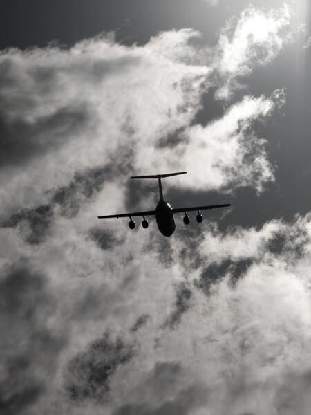 滑走路が短いから、機体を軽くするため、燃油量を減らし、航続距離が短くなったので、アイルランドで給油したりする面倒くさい便があったりする。
