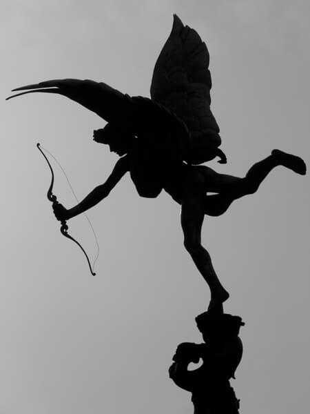 キリスト教的慈愛を表す天使は、裸です。 裸こそが、Charityなのですね。