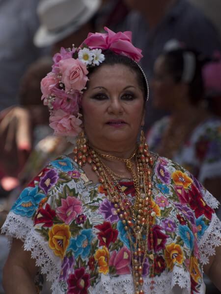 ソカロの横で踊るおばさん。