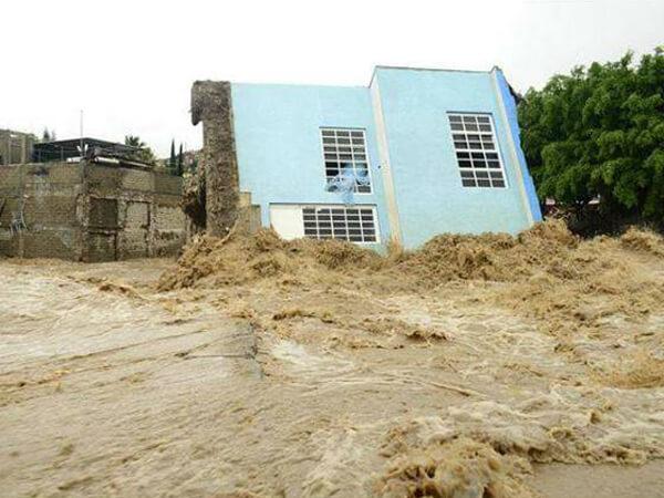 Emiちゃん家の近くの洪水。こりゃ、たいへんや。