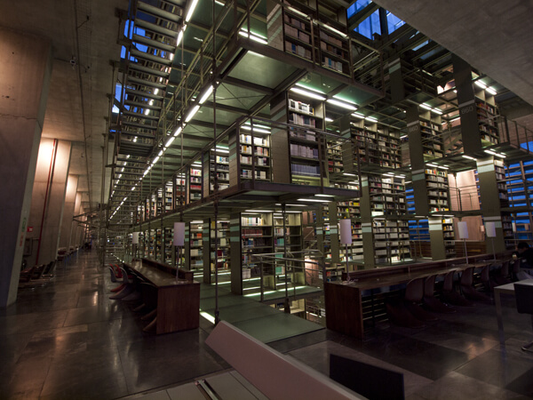 なかなか素敵な図書館。空いてました。