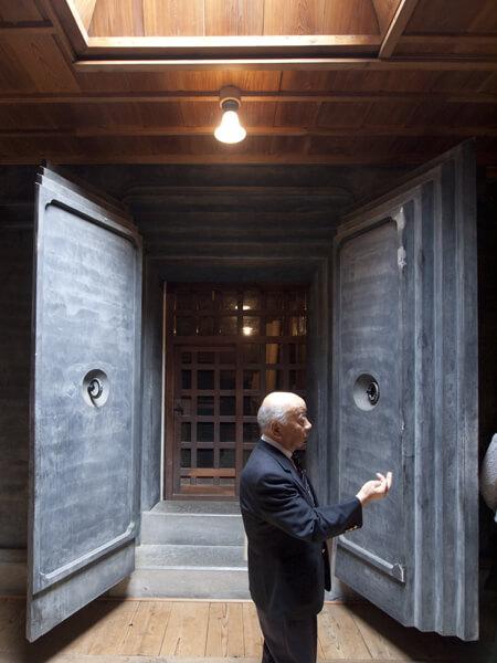超分厚い漆喰のドア。で、漆喰って何だ?