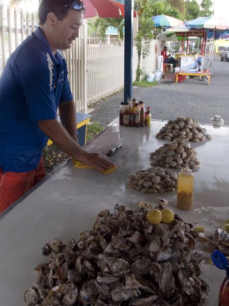 手前が牡蠣の山。奥がアサリだか蛤。生で食ってなんともないんですかね?