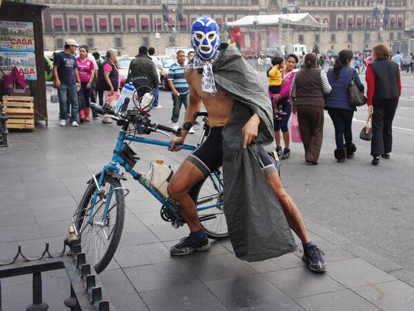 自転車で世界一周中のW君です。上半身裸が、趣味です。