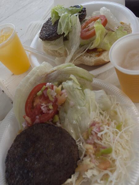 食べ放題は、基本ハンバーガー。あとソーセージにサラダ。