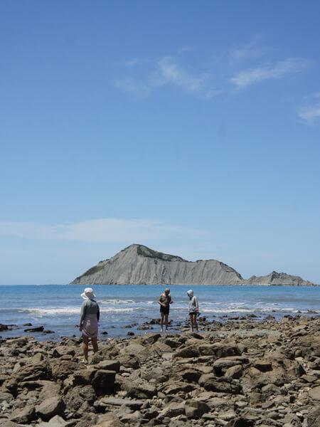 あの島まで泳げば、ウニとアワビの天国。