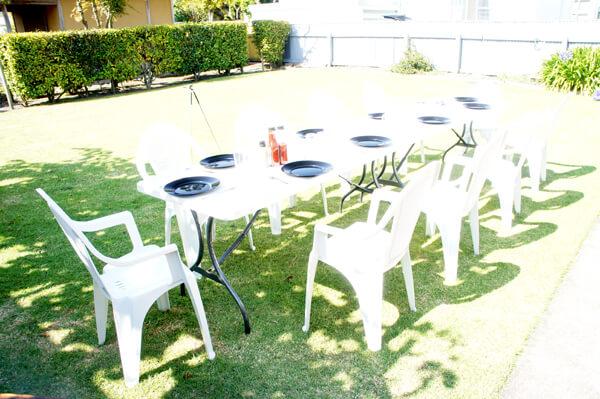 日陰だと涼しいけれど、日向だと暑い、そんなわかりやすい普通の天気。宴が始まる。