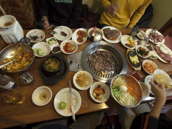 骨付きカルビをどうやったら、あんなに見事に薄切りにできるのか。韓国の国技だね。