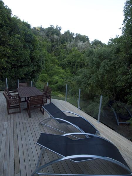 森に囲まれた別荘。これで猿の一匹でもいれば、MORE BETTER。