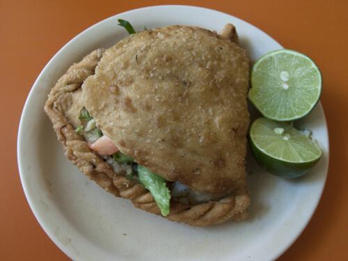 Yukoの好きな海老のエンパナーダ(Empanadas de Camaron)。巨大な海老の揚げ餃子って感じです。一個25ペソ(190円)。