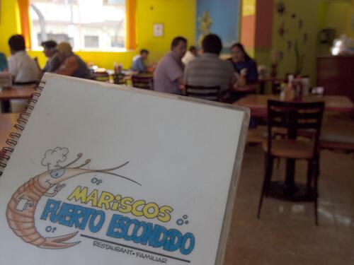 レストランは、「ペンションアミーゴ」から歩いて五分。メキシコ料理の「Mariscos Puerto Escondido」。