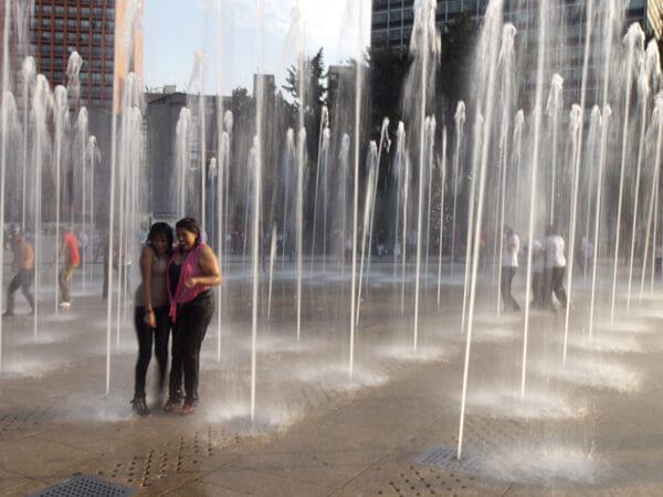 独立記念塔の噴水で、全身ずぶ濡れで遊ぶメヒカーナ。