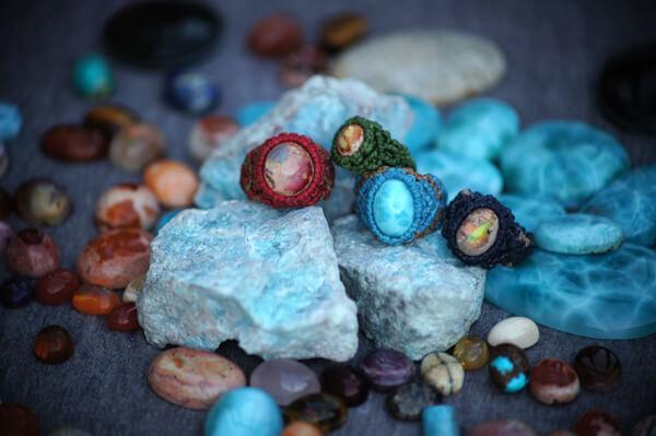 水色の石は、ドミニカ共和国で仕入れたラリマーです。これを売れないと、我が家は倒産します。