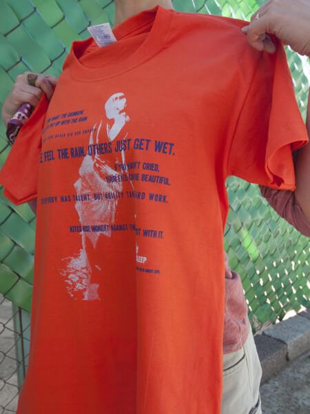 同じインクでオレンジ色のTシャツに印刷すると、こんな感じです。