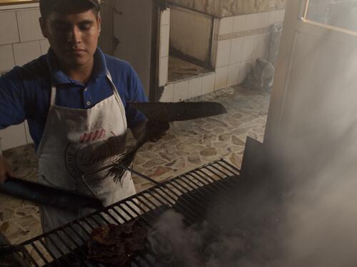 注文した肉やチョリソをすぐ横で、焼いてくれる。