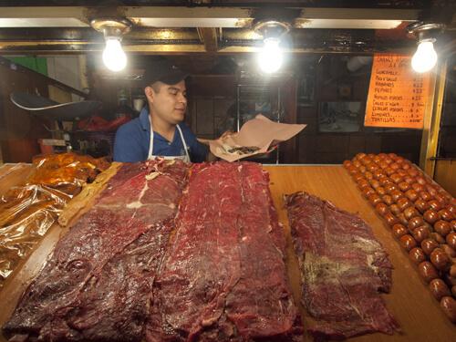 どのお店の前にも、薄切り肉とチョリソが並ぶ。