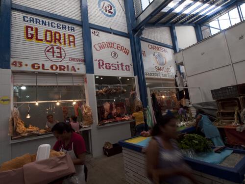 意外に綺麗なお店が多いです。通路も碁盤の目。探検しやすい市場です。
