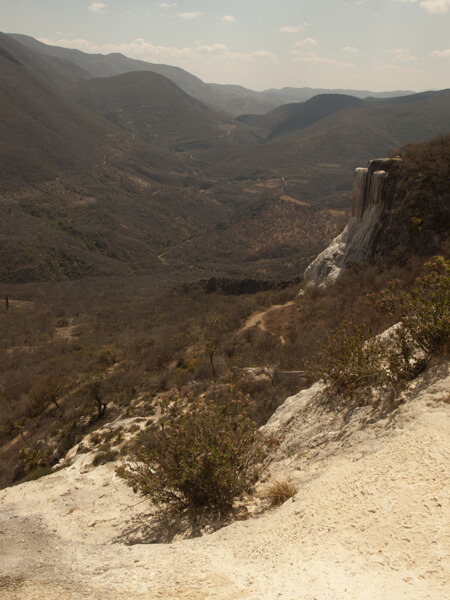 右側の白いものが、炭酸水の沈殿物が固まった、石化した滝。