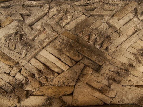 パターンはいろいろありますが、複雑な幾何学的な文様が、ミトラ遺跡の特徴です。