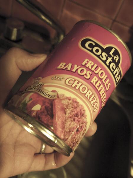 晩飯に買った缶詰。缶詰の写真のように、チョリソがごろんと一本入ってるんだと思ってました。