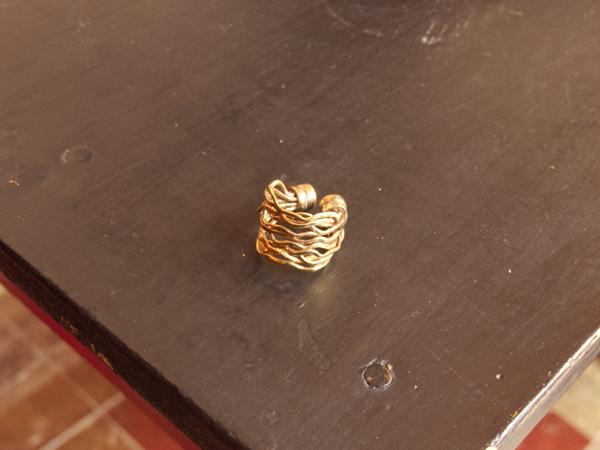 ちょっとゴツいけれど、なかなか素敵な指輪です。