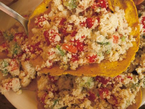 「トスターダス・デ・ソヤ」。 おからにレモン、タマネギ、シナントロ、チレ、トマトにアボカド。ちょっと酸っぱくてあっさり味。