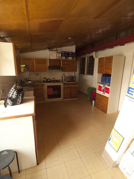 新しい宿のキッチン。よくよく見ると、右上に樋がある。増築したとき、樋を外さなかったのは何故?