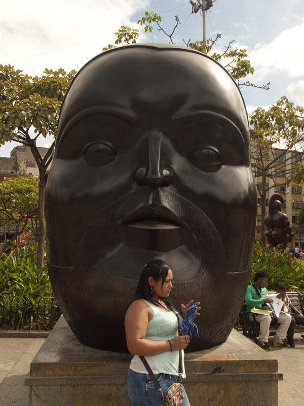 巨大顔の像と巨乳おばさん。