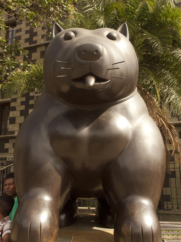 ボテロ公園の犬の像。ドラエモンのパクリ、とも言えなくもない。