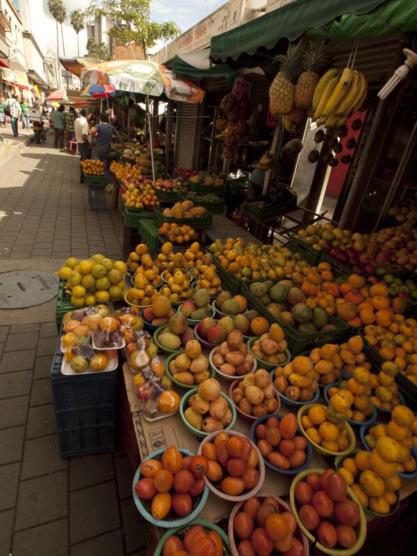 Parque Berrio駅のCarre52A(通り名)の果物と野菜の青空市。