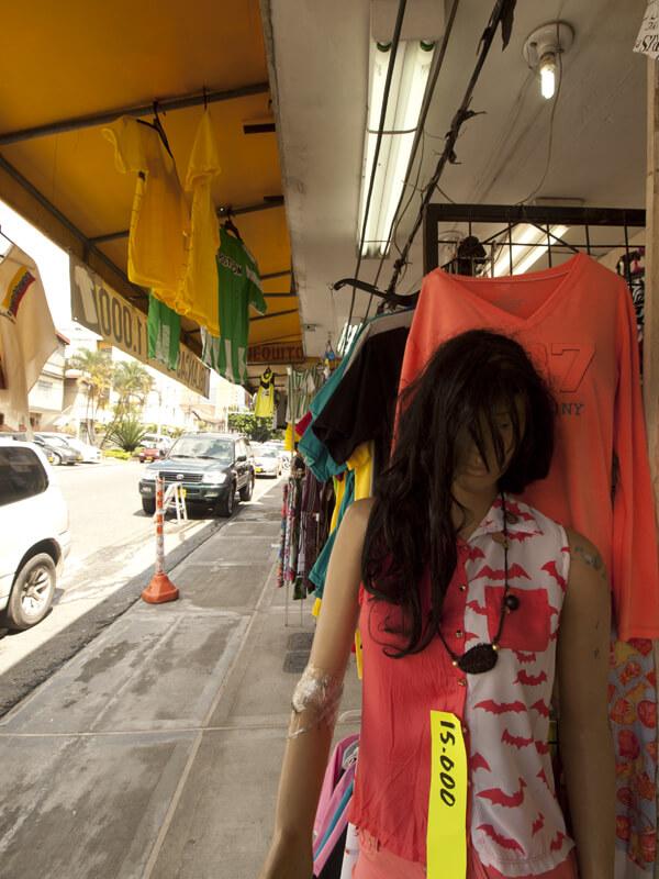 近所の小さな洋服店。コロンビアはアメリカに洋服を卸しているので、程度のいい安い服が買えます。