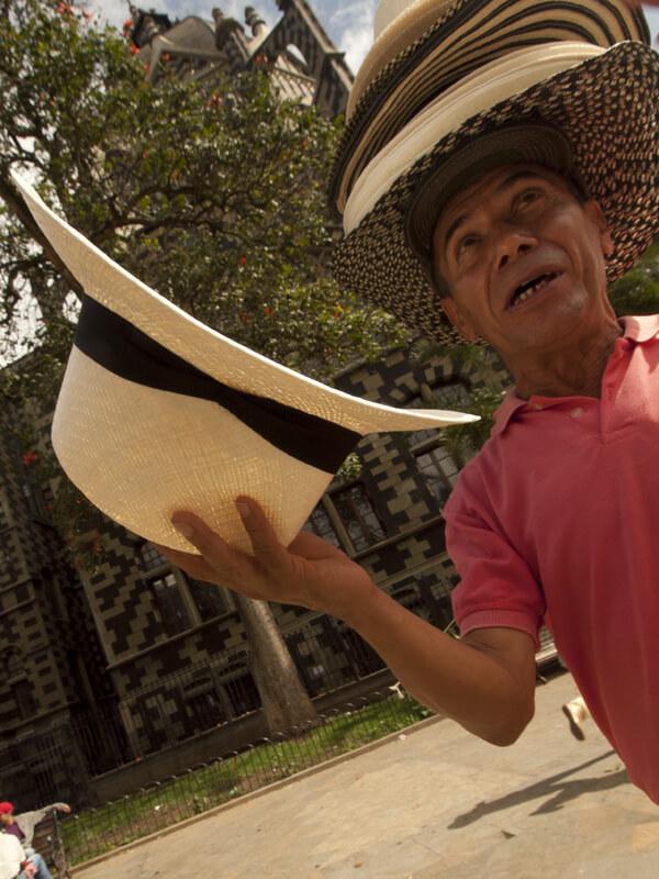 帽子売りのオヤジ。人の頭に勝手に帽子をかぶせて、立ち去るという荒技を使う。ま、そんな手にひっかる拙者じゃないっすけどね。