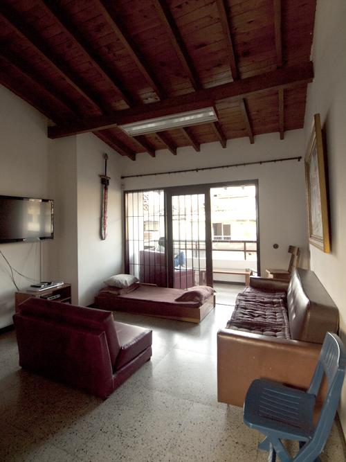 二階のくつろぎスペースとベランダ。無料の共有パソコンもあります。